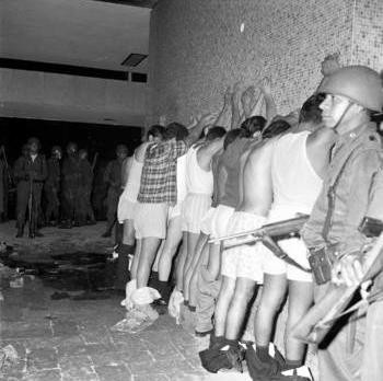 Foto: Manuel Gutiérrez Paredes. Algunos detenidos en Tlatelolco el 2 de octubre de 1968