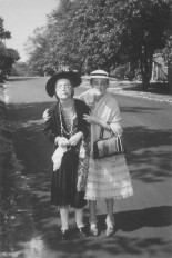 cindy_sherman_y_janet_zink_vestidas_como_ancianas_c_1966_photo_conrad_g_zink_sr