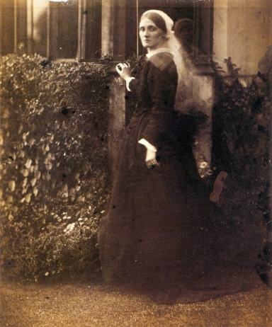 Julia_Margaret_Cameron_oenf_75_Julia_Duckworth_in_Garden,_by_Julia_Margaret_Cameron