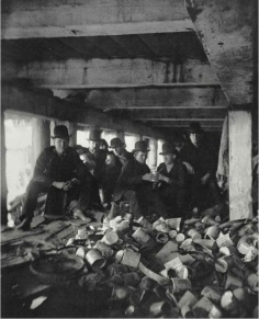 "La banda ""Short Tail"" bajo el muelle en la calle Jackson, Corlear Hook Park 1894. Jacob Riis"