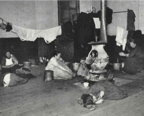 Alojamiento para mujeres en la calle 47 oeste. c1880-90s. Jacob Riis