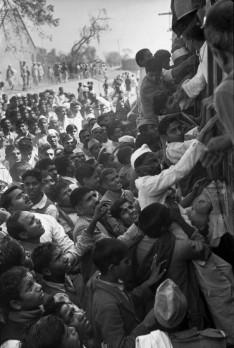 Tren transportando las cenizas de Gandhi saliendo de Delhi 1948 Henri Cartier-Bresson