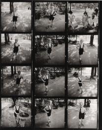 Hoja de contactos- Child with a toy hand grenade in Central Park, N.Y.C. 1962 Diane Arbus