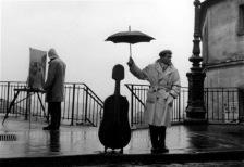 Montbéliard Músico en la lluvia Roberto Doisneau