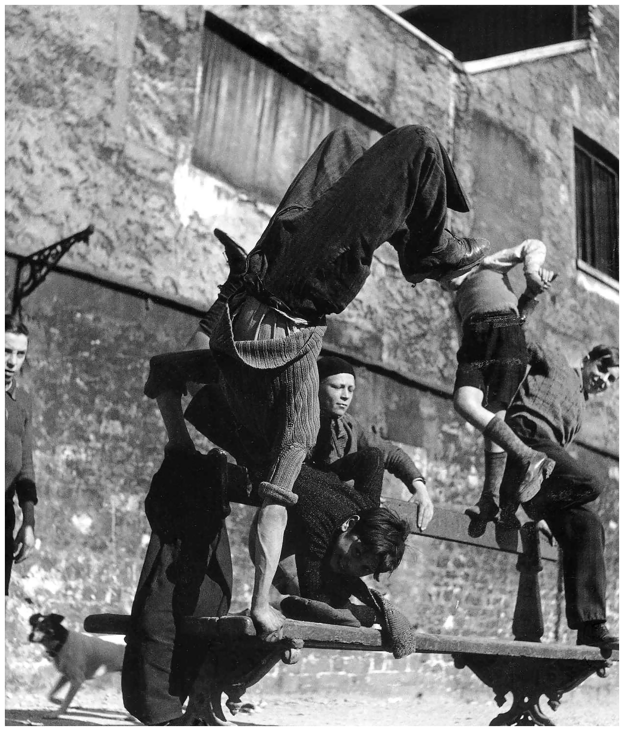 robert-doisneau-robert-doisneau-acrobaties-sur-un-banc-paris-1950s    Robert Doisneau Photography Children