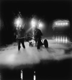 Tir à l'oxygène liquide. Transport des cartouches, Mine de Murville, Meurthe et Moselle, 1960 © Atelier Robert Doisneau courtesy of GAMMA-RAPHO Agency
