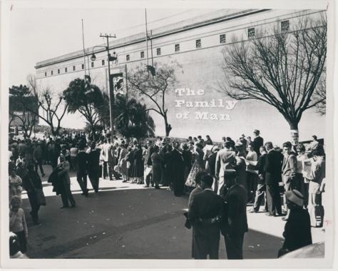 Visitantes esperando a entrar a la exposición itinerarnte, en este caso en Johannesburgo (Sudáfrica)