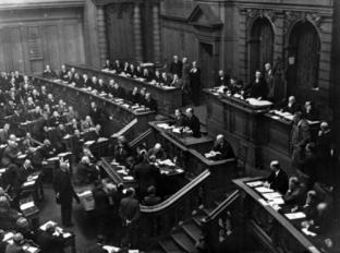 Reichskanzler Heinrich Brüning spricht im Reichstag.
