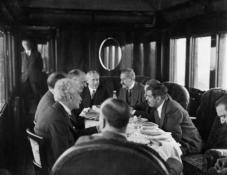 Politiker im Salonwagen der französischen Regierung auf dem Weg zur Wirtschaftskonferenz in London (Hoover-Moratorium)