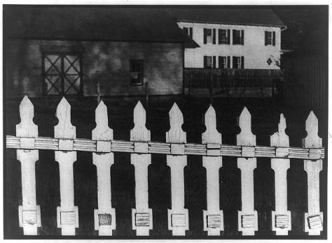 Paul Strand, White Fence, Port Kent, New York (1916) LC-USZ62-79450 de la Biblioteca del Congreso de Estados Unidos
