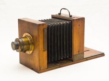 Con una cámara similar debió trabajar Julia Margaret Cameron la técnica del Colodión Húmedo. (Fabricante desconocido, ca. 1870)