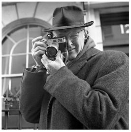 Henri Cartier-Bresson con su confiable telemétrica Leica.