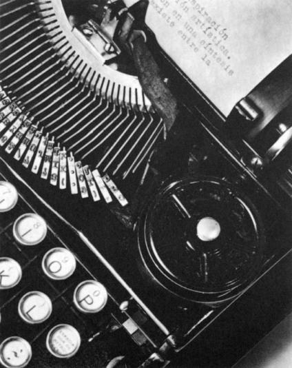021_Tina Modotti, La Tecnica, macchina da scrivere di Julio Antonio Mella, 1928