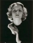 Cecil Beaton. (El contraluz se puede utilizar como una iluminación de acento para genera un halo en el pelo)