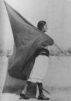 Tina Modotti. Mujer con bandera, México DF. (1928)