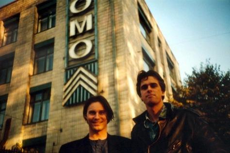 Matthias y Wolfgang frente a la vieja fábrica Lomo.