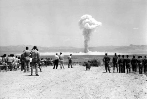 Prueba nuclear en el desierto de Nevada, Estados Unidos.