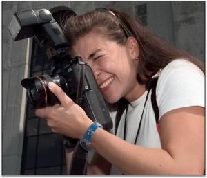 La fotoperiodista Lise Aserud usando una del as primeras cámaras  digitales.