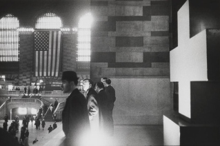 Warri_Winogrand_Garry Winogrand, Grand Central Terminal, New York, 1964. © Estate of Garry Winogrand and courtesy Fraenkel Gallery, San Francisco_11