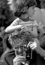 Winogrand at work with his Leica and daughter Melissa,Los Angeles 1983, photo by David Fahey_Garry_Winogrand_Portraits_Winogrand at work with his Leica and daughter Melissa,Los Angeles 1983, photo by David Fahey