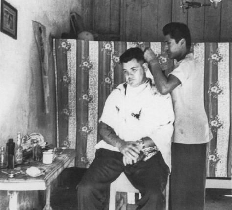 Fotógrafo desconocido. Héctor García en la peluquería del campamento para trabajadores en Perryville Maryland, Estados Unidos (1943)
