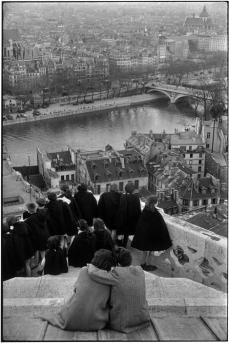 Paris. 1952-1953. Escolares viendo el Sena desde Notre-Dame