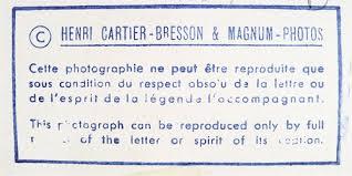 El sello que usaba Cartier-Bresson donde prohibía, terminantemente, el reencuadre (recorte) de sus fotos.