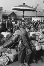 CHINA. Shanghai. Diciembre 1948 a enero 1949. Completo con polainas y sombrillas, un oficial del Kuomintang espera su salida de la estación justo antes del colapso final del control nacionalista de la ciudad. Las tropas comunistas ya han avanzado a la otra orilla del río Yangtze.
