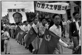 CHINA. Shanghai. Marzo de 1949. Marcha popular. Estudiantes universitarios protestan contra los estadounidenses. Un cartel proclama que el Ejército Popular pronto tomará Cantón, capital temporal del Kuo-min-tang.