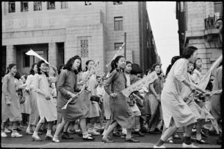 CHINA. Shanghai. 1949. Los estudiantes, en el desfile de la victoria el 1 de agosto, se manifiestan contra el mercado negro. En el fondo, el Banco Soong propiedad de suegro de Chiang Kai-shek.
