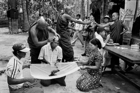 Abbas. Myanmar (Birmania) Un hombre es rapado por un monje para convetirse en novicio. 2009