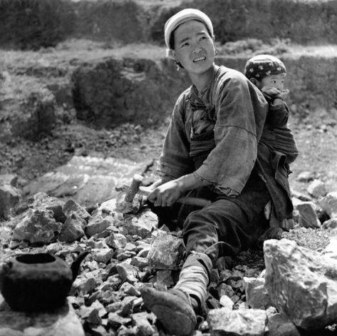 George Rodger. BURMA. Una mujer china quiebra piedras para reparar un camino en Birmania.1942.