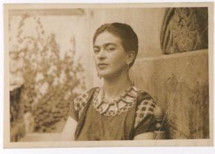 Fotógrafo no identificado. Frida Kahlo con el pelo corto tras su divorcio de Diego. La artista sabía cuánto le gustaba su pelo largo a Diego Rivera.