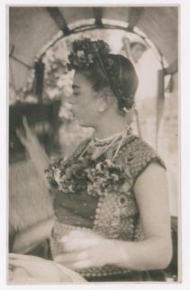 Fotógrafo no identificado. Frida Kahlo silba en una chinampa en Xochimilco
