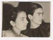 Izquierda: Cristina Kahlo, derecha: Frida Kahlo (1929)