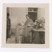 Fotógrafo no identificado. . Frida Kahlo, embarazada, juega con un perro en Coyoacán, Ciudad de México (1930)