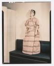 Fotógrafo no identificado. Frida posa con un vestido de algodón de Guatemala.
