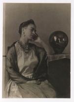 Foto por Manuel Álvarez Bravo. Frida Kahlo en la Casa Azul (1938)