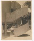 Fotógrafo no identificado. Frida detrás del estudio en San Ángel de Diego Rivera, construido entre 1931 y 1932.