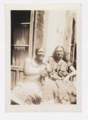 Fotógrafo no identificado. Una inusual fotografía de Frida con el pelo suelto.