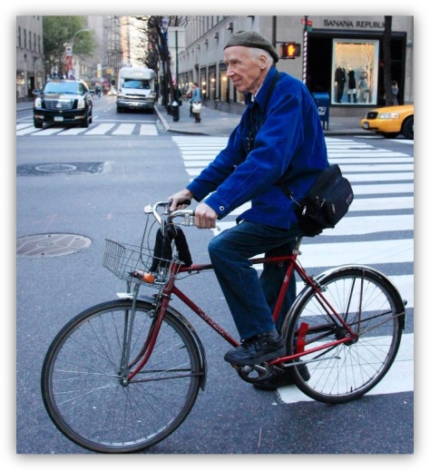 bill_cunningham_bicycle_blue_jacket