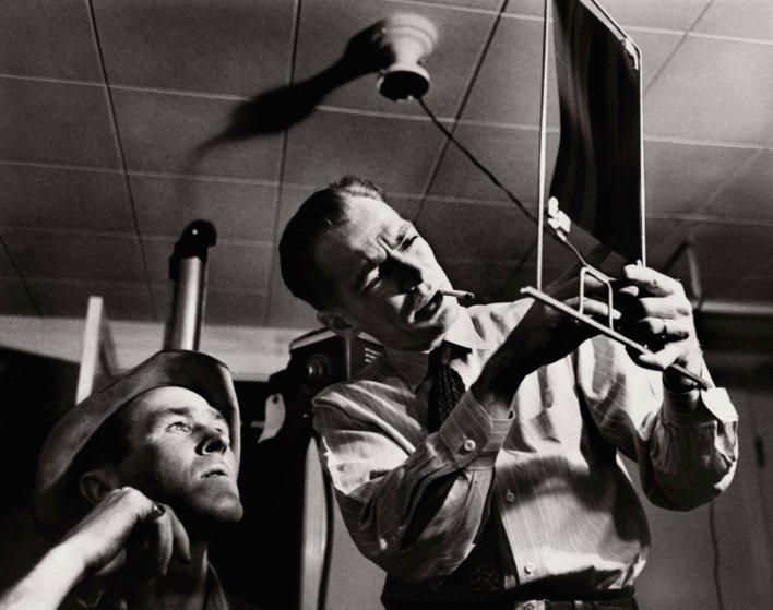 A pesar de que no tenía vacaciones y pocos días libres, el Dr. Ceriani tenía acceso a utilizar un pequeño hospital, que estaba equipado con una máquina de rayos X, un autoclave y una tienda de oxígeno, entre otras instalaciones médicas. Aquí explica una radiografía - revelada por sí mismo - a uno de sus pacientes..