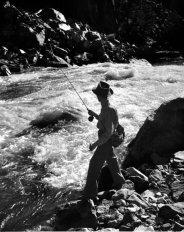 El Dr. Ceriani pesca en el Río Colorado.
