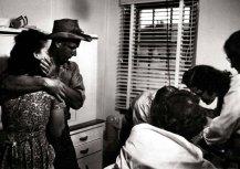 Los padres preocupados del niño miran mientras que el Dr. Ceriani, rodeado por las enfermeras, examina a su hija de 2 años.
