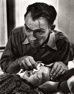 El Dr. Ceriani ha cosido la herida de la niña para ayudar en la cicatrización, pero ahora debe encontrar una manera de decirle a los padres que su ojo no puede ser salvado y deben llevarla a un especialista en Denver para que lo retiren.