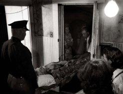 El Dr. Ceriani ayuda al sheriff de la ciudad a llevar a la víctima del ataque al corazón a la ambulancia. Allí, el médico rural verá que su paciente esté lo más cómodo posible: Sabe que no hay nada por hacer que pueda salvar al hombre.
