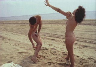 Susan y Max toman el sol en la playa. Provicetwon, Massachusetts, 1976