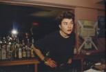 Edwige detrás de la barra en Evelyne's. New York City, 1985