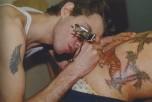 Mark tatúa a Mark. Boston, 1978