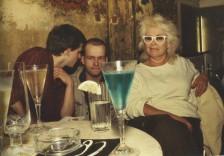 Bea con una bebida azul. O-Bar. Beriln del Oeste, 1984.